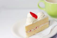Gâteau blanc de vanille avec la fraise Photo libre de droits