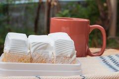 gâteau blanc et tasse de café Image stock
