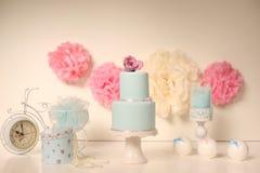 Gâteau bleu avec des roses Photographie stock libre de droits