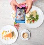 Gâteau bleu de rose de téléphone de déjeuner Photos libres de droits