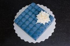 Gâteau bleu de velours de chocolat avec la fleur Image libre de droits
