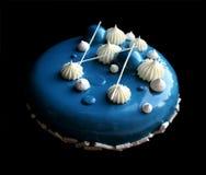 Gâteau bleu et blanc avec le gâteau brillant blanc de mousse avec le lustre, les meringues et le ganache de miroir image stock