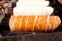 Gâteau bouclé roumain dans la cheminée photos stock