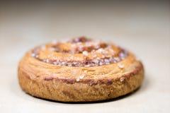 Gâteau bouclé savoureux de cannelle Pâtisseries douces sur un tabl foncé de cuisine Image stock