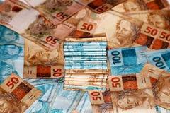Gâteau brésilien d'argent avec des notes de différentes valeurs Photo stock