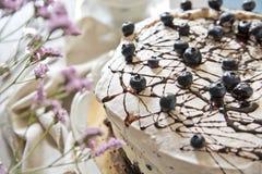 Gâteau Casis Image sensible avec les fleurs roses images stock
