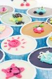 Gâteau coloré de cuvette Image libre de droits