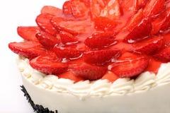Gâteau crème avec des fraises sur le fond blanc Photos stock
