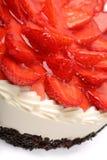 Gâteau crème avec des fraises sur le fond blanc Photo stock
