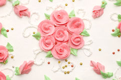 Gâteau crémeux avec des roses images stock