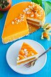 Gâteau crémeux avec la noix de coco photos stock