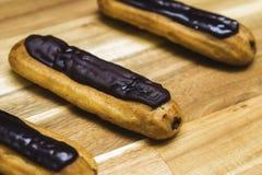 Gâteau crémeux croustillant d'Eclair avec du chocolat foncé photo stock