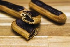 Gâteau crémeux croustillant d'Eclair avec du chocolat foncé photographie stock