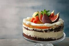 Gâteau crémeux délicieux avec des figues et des baies photos libres de droits