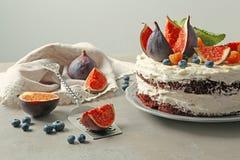 Gâteau crémeux délicieux avec des figues et des baies photographie stock libre de droits