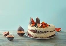 Gâteau crémeux délicieux avec des figues et des baies photo stock