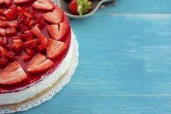 Gâteau crémeux frais de fraise sur le fond en bois photographie stock libre de droits