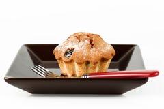 Gâteau croustillant d'un plat foncé avec une fourchette sur un blanc Photo libre de droits