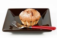 Gâteau croustillant d'un plat foncé avec une fourchette sur un blanc Images libres de droits