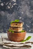 Gâteau cru de vegan avec du chocolat, une pile de morceaux découpés en tranches dans le woode image stock
