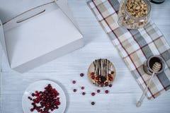 Gâteau cru fait maison Durcissez sans gluten, farine, oeufs, beurre et sans traitement thermique Bar de forme physique de céréale Photographie stock libre de droits