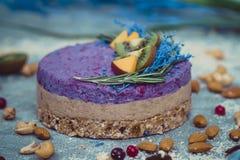 Gâteau cru fait maison Durcissez sans gluten, farine, oeufs, beurre et sans traitement thermique Bar de forme physique de céréale Image stock