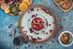Gâteau cru fait maison Durcissez sans gluten, farine, oeufs, beurre et sans traitement thermique Bar de forme physique de céréale Images libres de droits