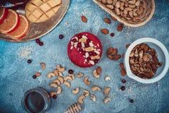 Gâteau cru fait maison Durcissez sans gluten, farine, oeufs, beurre et sans traitement thermique Bar de forme physique de céréale Photo stock