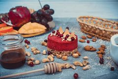 Gâteau cru fait maison Durcissez sans gluten, farine, oeufs, beurre et sans traitement thermique Bar de forme physique de céréale Photographie stock