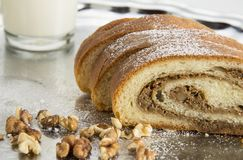 Gâteau cuit au four par maison de noix avec du lait Recette de vieille tradition photographie stock
