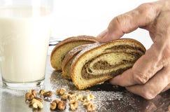 Gâteau cuit au four par maison de noix avec du lait Recette de vieille tradition photographie stock libre de droits