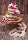 Gâteau décoré des fleurs Photos stock