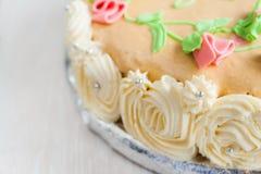 Gâteau décoré des roses, des feuilles, des remous et de l'inscription, chat Images libres de droits