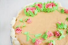 Gâteau décoré des roses, des feuilles, des remous et de l'inscription, chat Image libre de droits