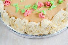 Gâteau décoré des roses, des feuilles, des remous et de l'inscription, chat Image stock