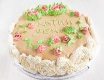 Gâteau décoré des roses, des feuilles, des remous et de l'inscription, chat Photographie stock libre de droits