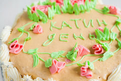 Gâteau décoré des roses, des feuilles, des remous et de l'inscription, chat Photos stock