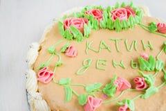 Gâteau décoré des roses, des feuilles, des remous et de l'inscription, chat Photo stock