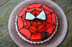 Gâteau décoré par Spiderman stupéfiant Images libres de droits