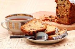 Gâteau découpé en tranches avec des raisins secs images libres de droits