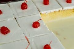 gâteau découpé en tranches de cerise photographie stock