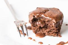 Gâteau découpé en tranches de tasse de chocolat ratant avec de la crème de fonte de chocolat d'écrimage au-dessus du fond de marb Photographie stock