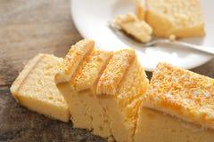 Gâteau découpé en tranches fraîchement cuit au four de vanille de citron Image stock