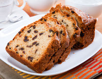 Gâteau découpé en tranches frais délicieux d'un plat Photo stock