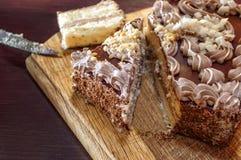 Gâteau découpé en tranches sur un conseil en bois Images libres de droits