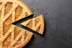 Gâteau délicieux avec la confiture sur le fond de plat d'ardoise photos stock
