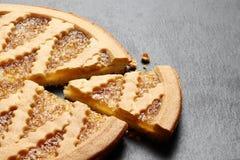 Gâteau délicieux avec la confiture sur le fond de plat d'ardoise images libres de droits