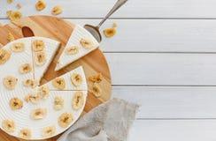 Gâteau délicieux de banane sur la table Images stock