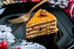 Gâteau délicieux de biscuit avec des écrous sur l'écrimage Nourriture savoureuse de dessert dans la fin  Le dessert a servi du pl image libre de droits