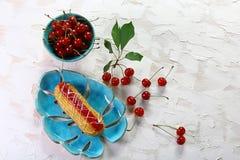 Gâteau délicieux de crème anglaise avec des cerises dans un plat en cristal sur un fond clair Image avec l'espace de copie Vue su images stock